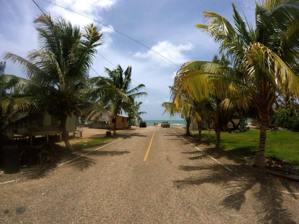 Straße in Hopkins in Belize
