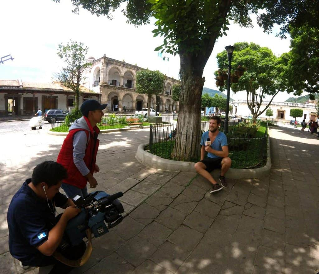 Chris wird auf dem Plaza Mayor in Antigua in Guatemala interviewt