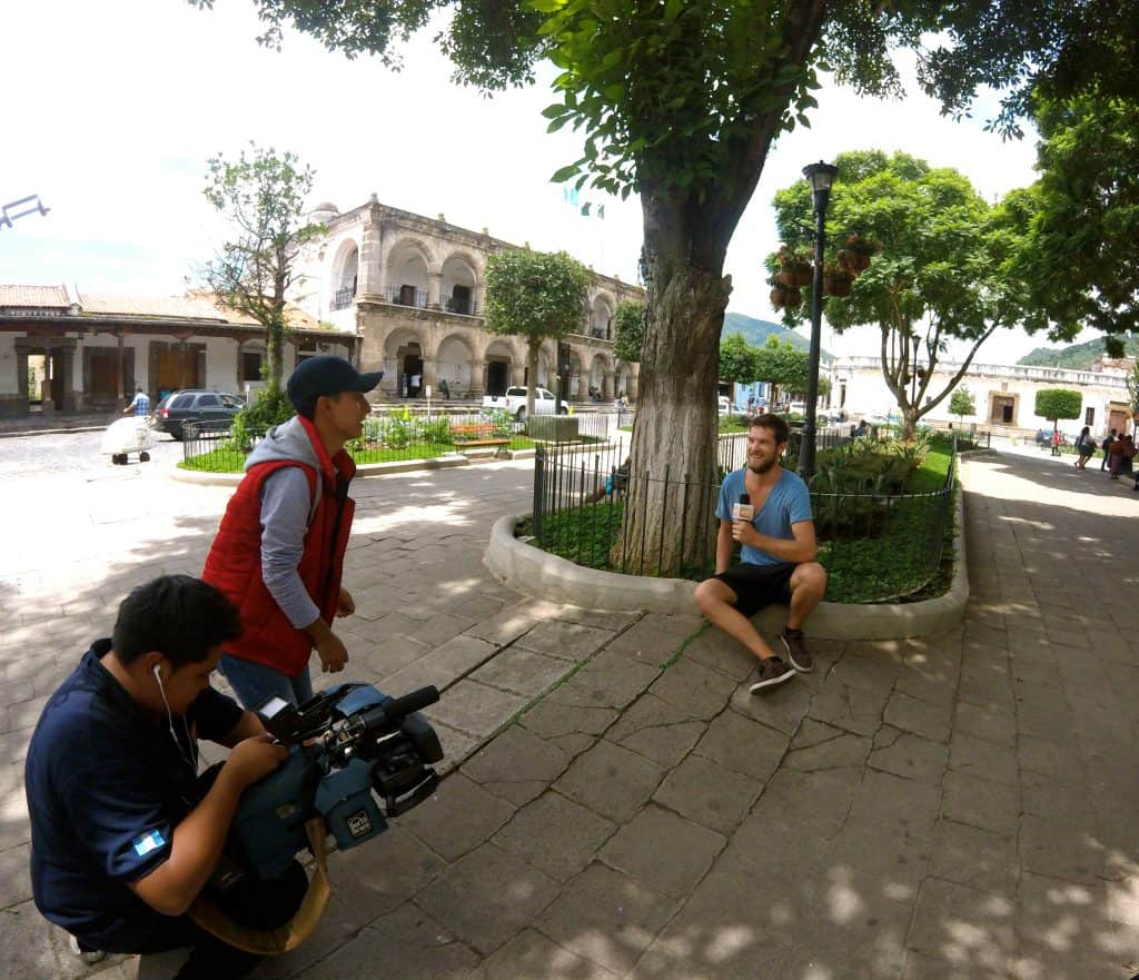 Chris wird in Antigua im Parque Central interviewt