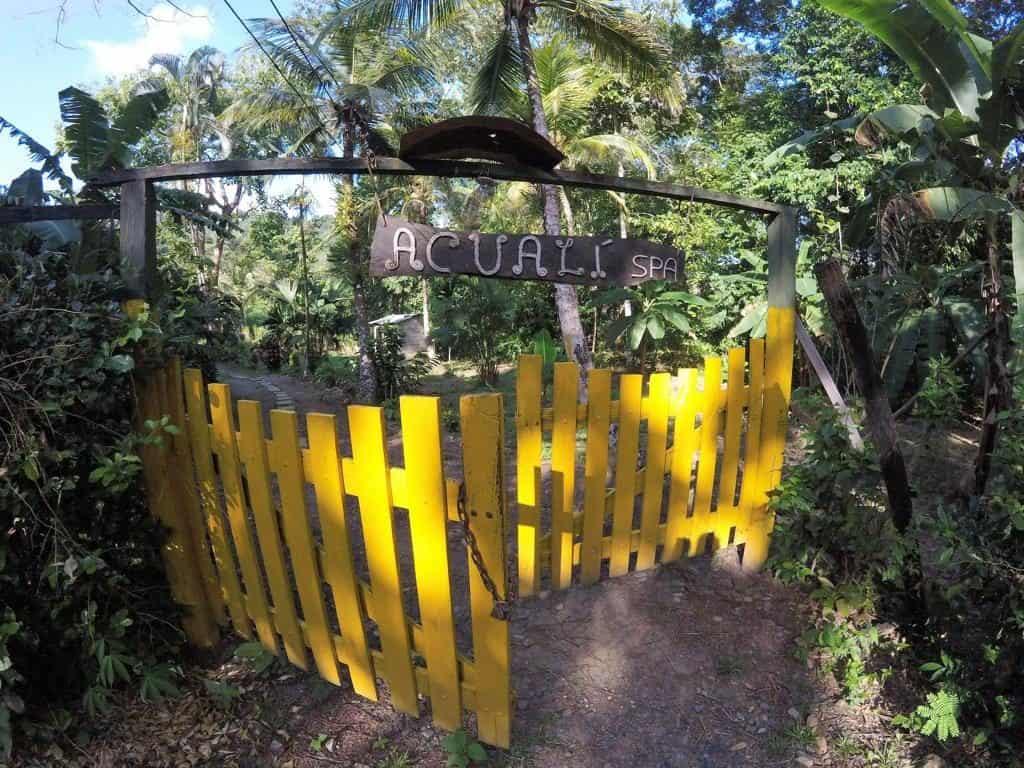 Der Eingang zum Acuali Ecohostal in Capurganá