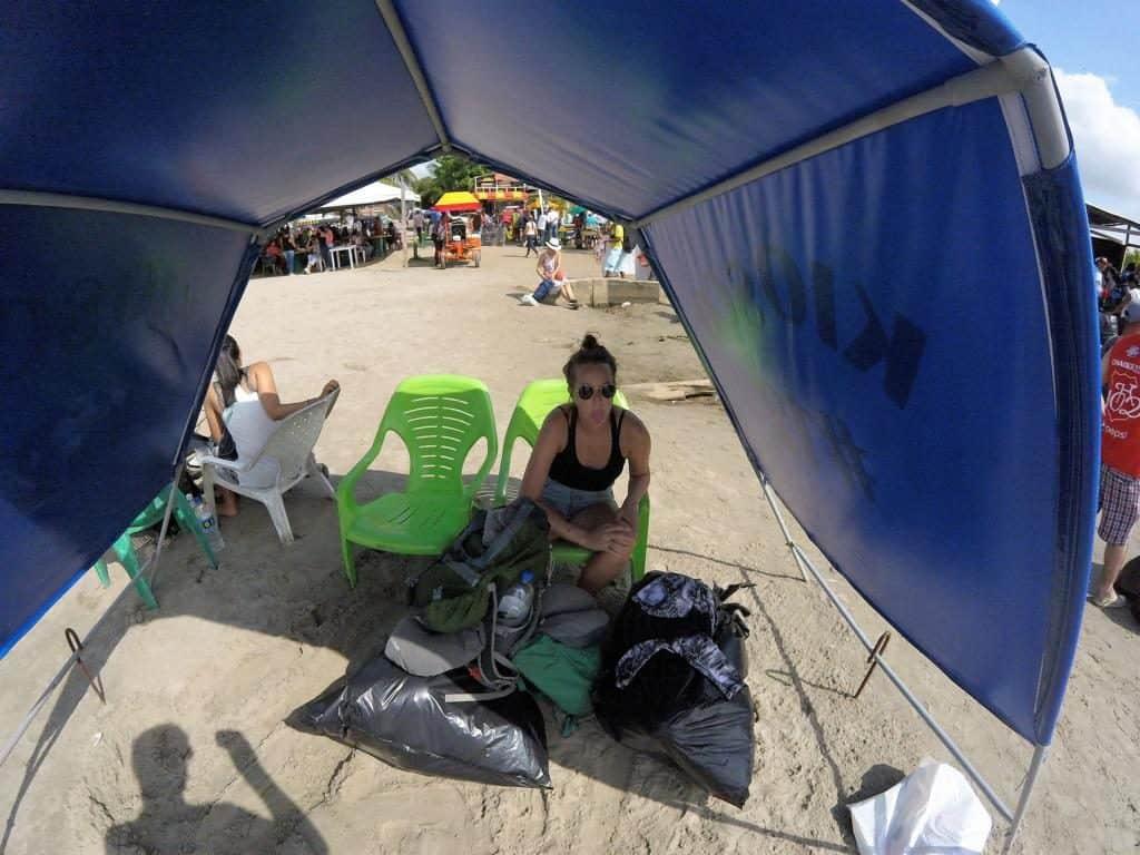Marie sitzt genervt am Strand von Necocli auf dem Weg von Medellín nach Capurganá