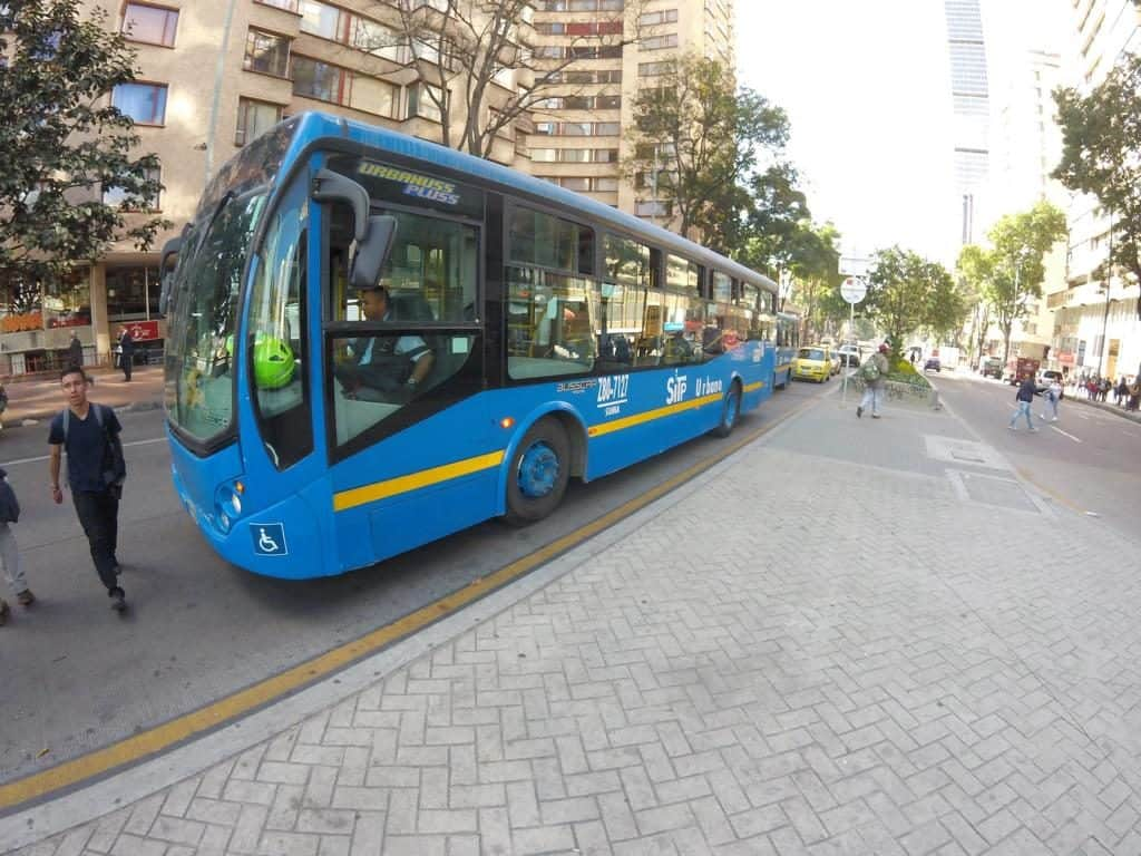 Ein Stadtbus in Bogotá beim Transport in Kolumbien