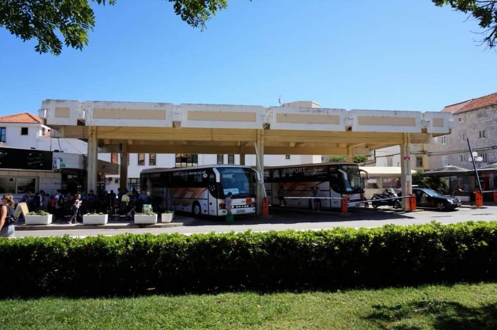 Ein Busbahnhof beim Backpacking in Kroatien