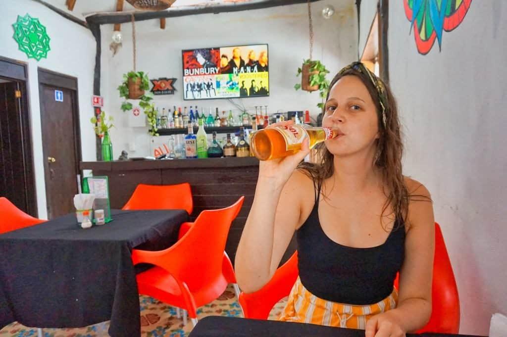 Marie trinkt ein kühles Bier auf der Isla Holbox bei Los Pescaditos