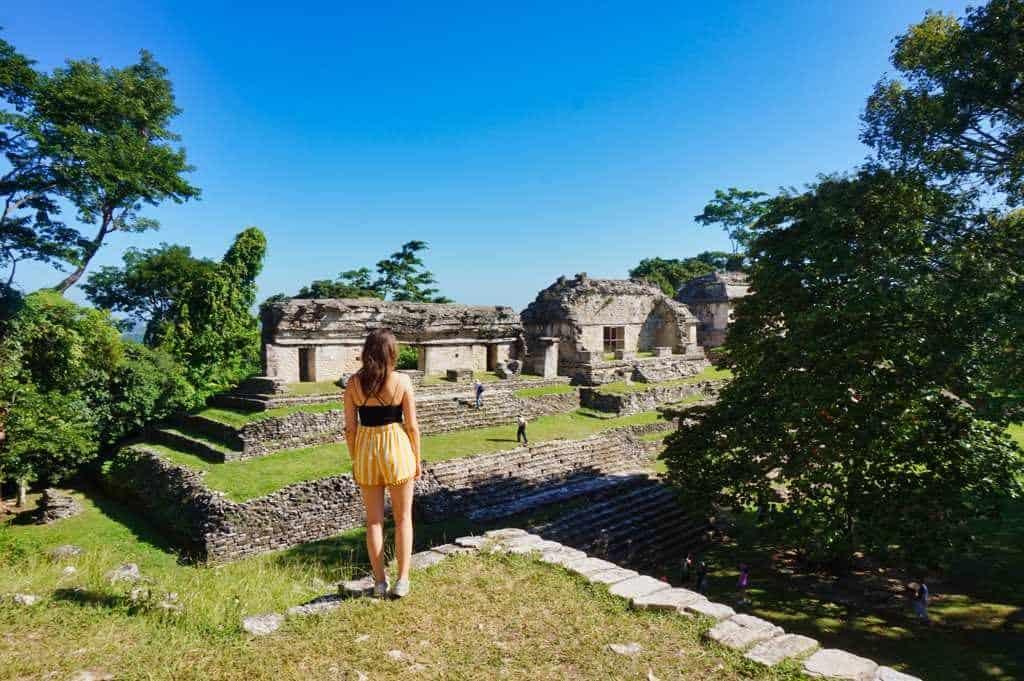 Marie genießt den Ausblick über die Ruinen von Palenque
