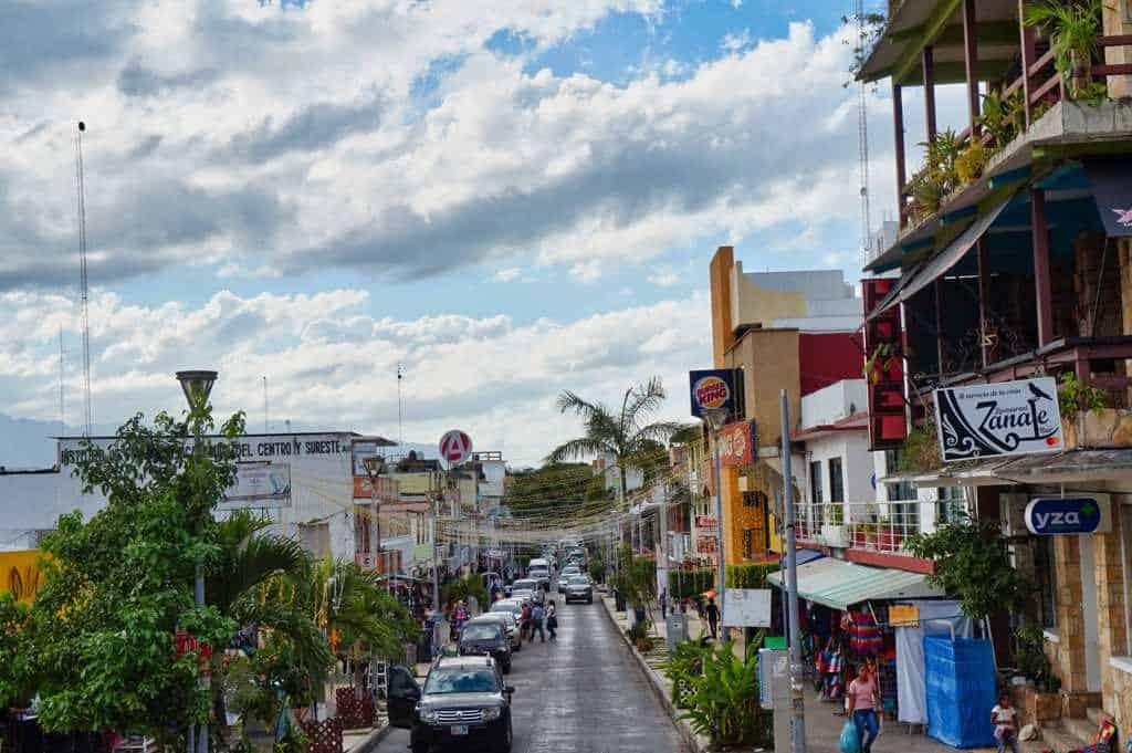 Ein Ausblick über die Hauptstrasse der Stadt Palenque in Mexiko