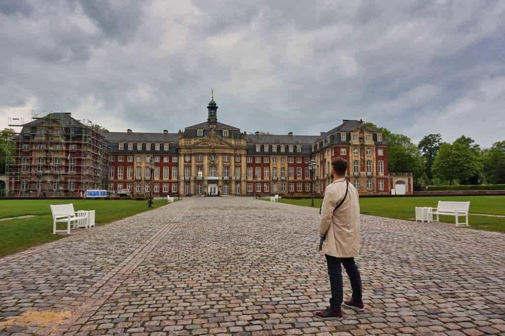 Chris steht vor dem Schloss in Münster