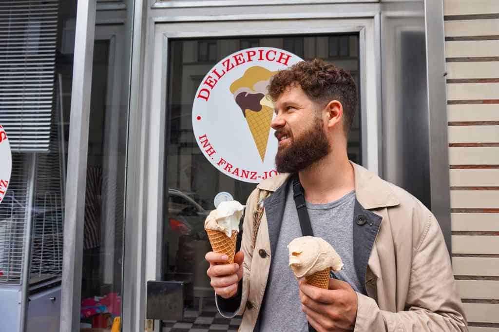 Chris isst köstliches Eis von Delzepich, einer der ältesten Eisdielen in Aachen