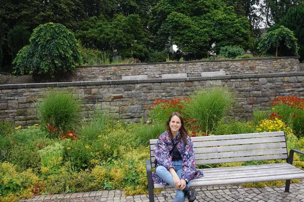 Marie sitzt am Hangeweiher in Aachen auf einer Bank