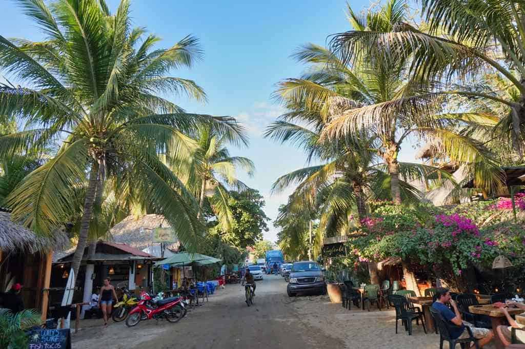 "Die ""Hauptstraße"" am Punta Zicatela in Puerto Escondido in Oaxaca"