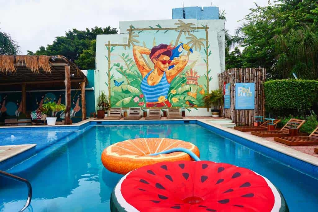 Pool mit Streetart in Cancun in Mexiko