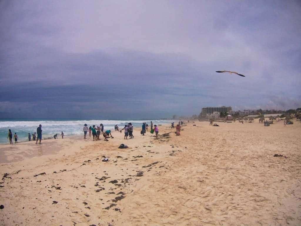 Menschen an einem öffentlichen Strand in Cancun an der Karibik