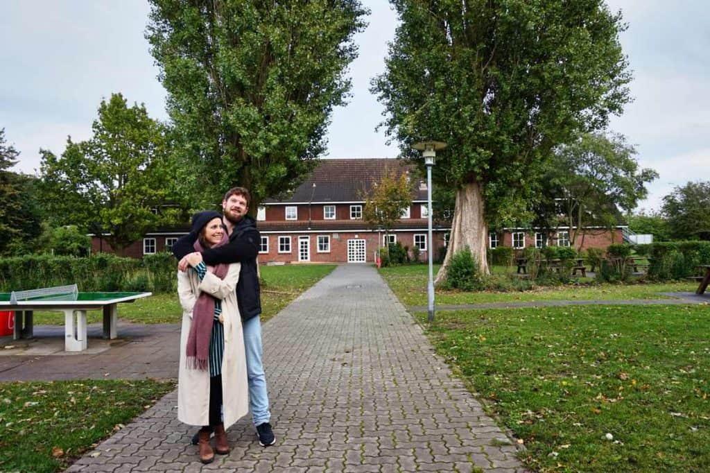 Marie und Chris vor der Jugendherberge in Schönberg