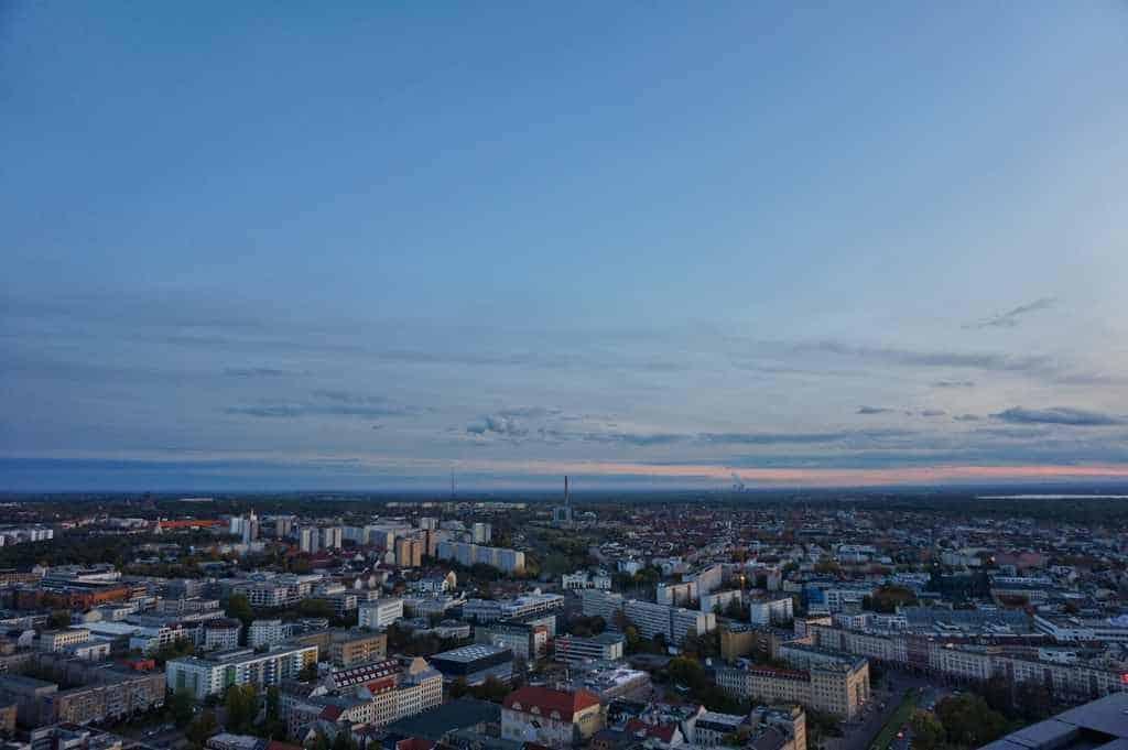 Aussicht vom City Hochhaus über Leipzig in der Abenddämmerung
