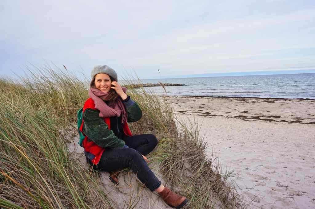 Marie sitzt am Strand Brasilien in Schönberg an der Ostsee