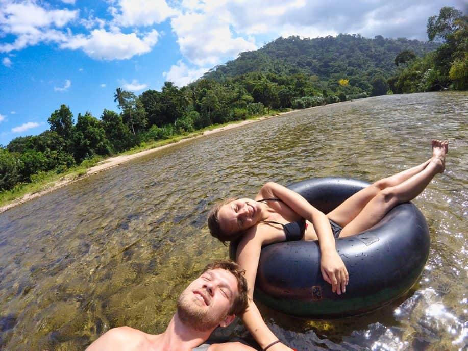 Marie und Chris beim River Tubing in Palomino, Kolumbien