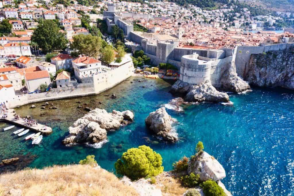 Blick auf die Boka Festung und die Pole Bucht. Beides Drehorte für Game of Thrones in Dubrovnik, Kroatien.