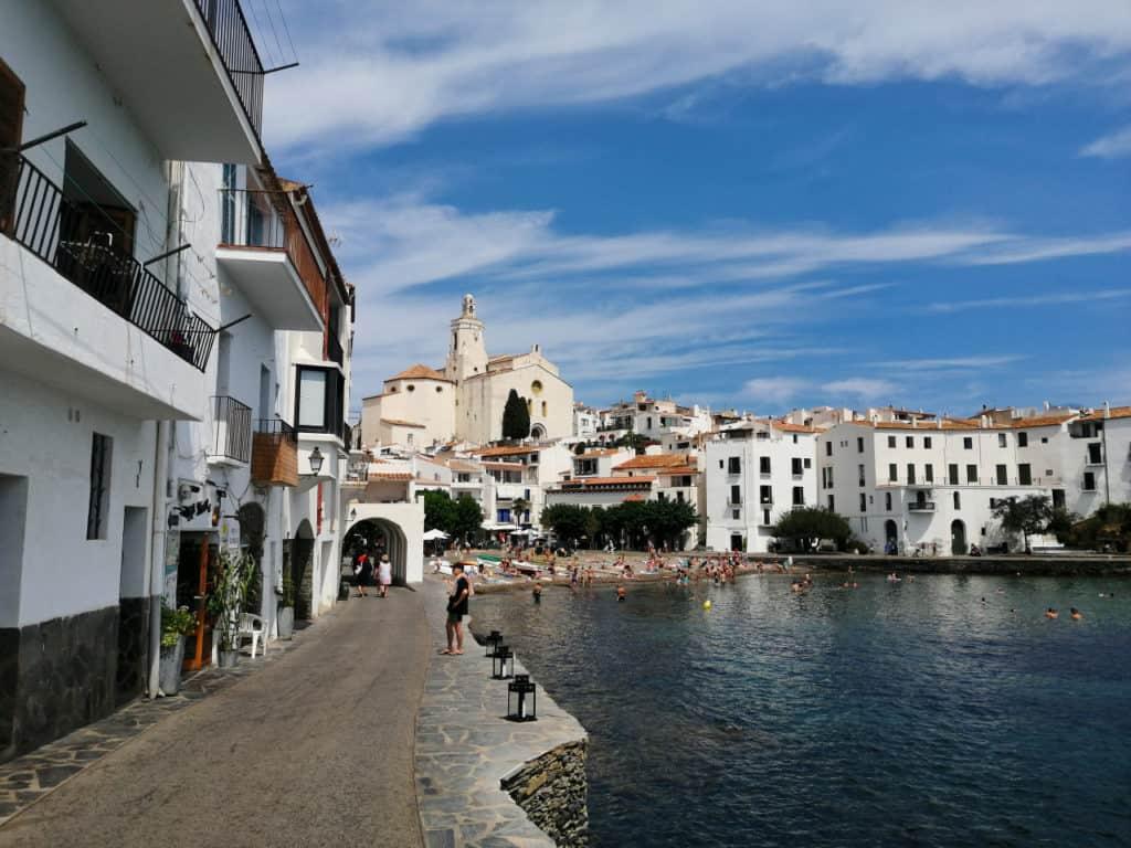 Kirche und Strand in Cadaques in Cap de Creus in Spanien.